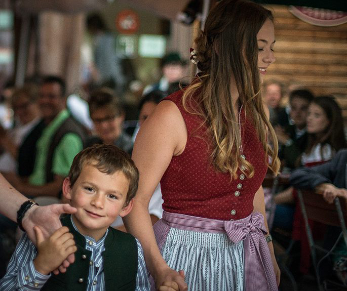 Junge und junges Mädchen tragen Trachtenmode in Oberbayern